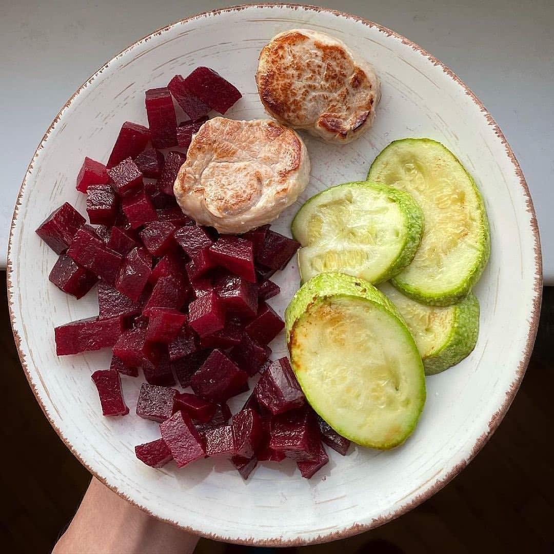 Обед должен быть плотным и содержать много различных витаминов, поэтому  вот вам несколько его вариантов