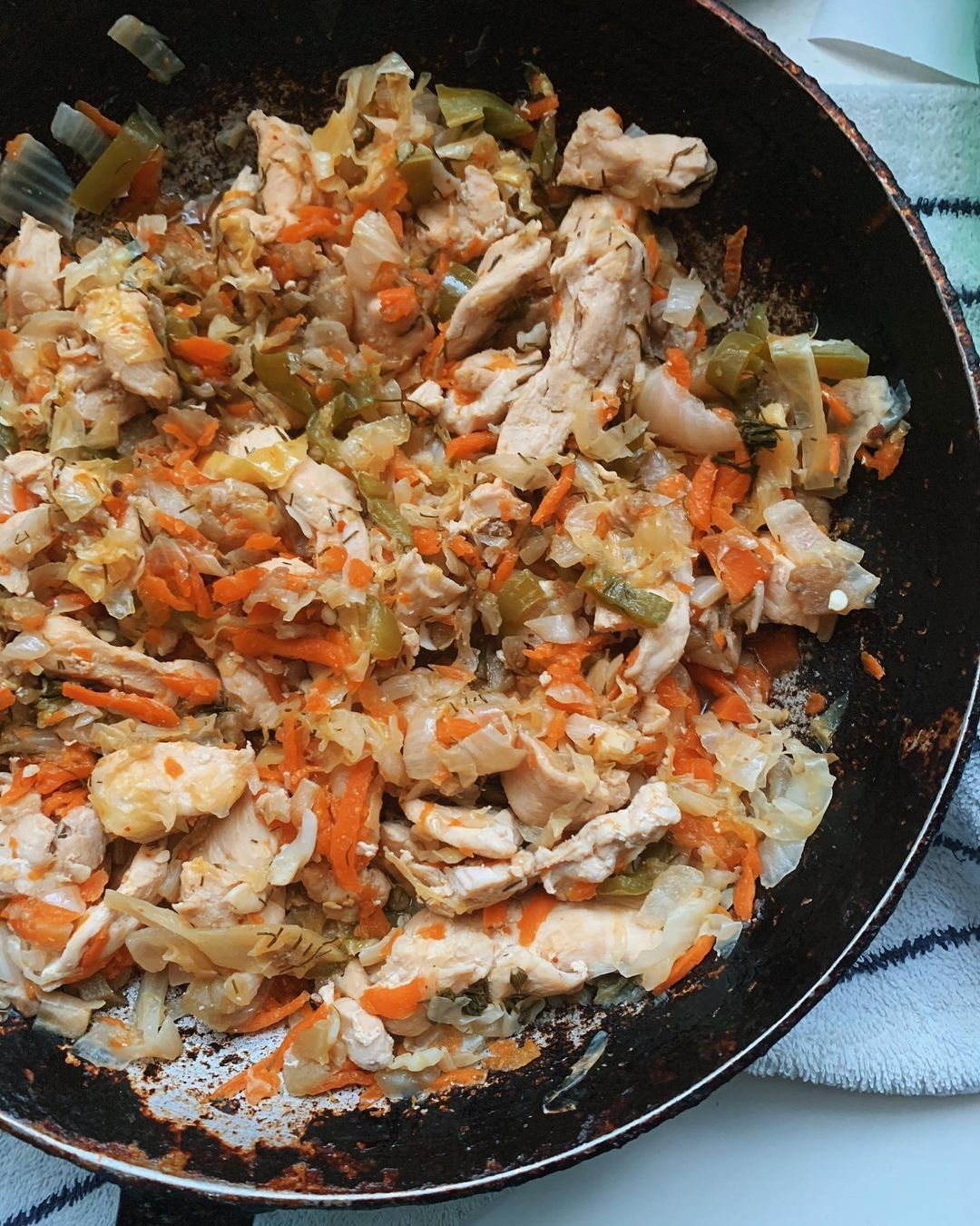 Куриное филе, тушёное с капустой